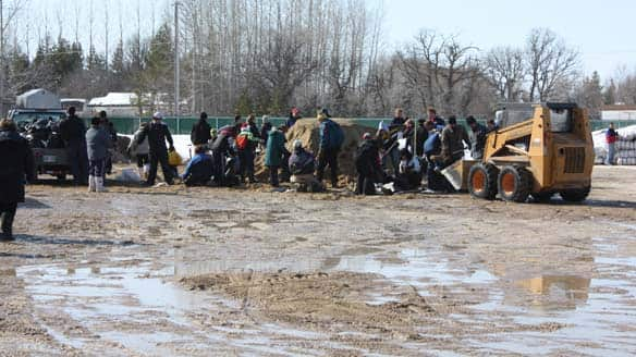 Volunteers fill sandbags - photo CBC.ca