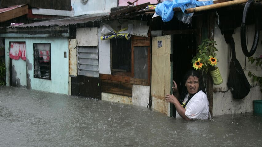 Heavy rain in the Philippine capital Manila forced the closure of government offices, schools, banks and most private companies on Monday.
