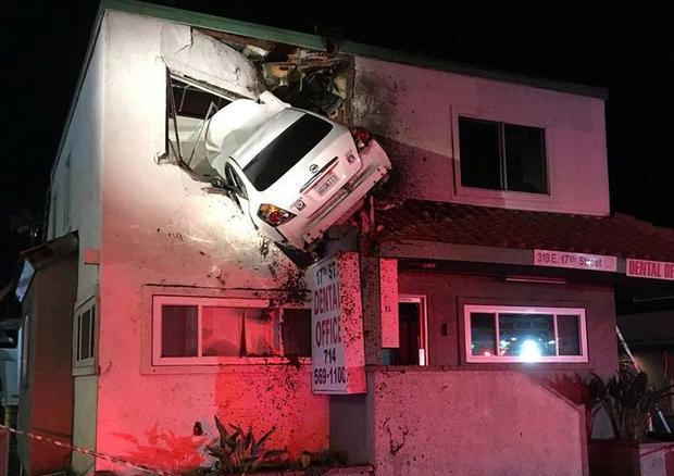 Choca su carro contra segundo piso de edificio