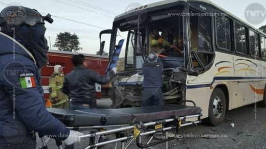 Chofer de un autobús de pasajeros queda malherido en choque contra camión volteo