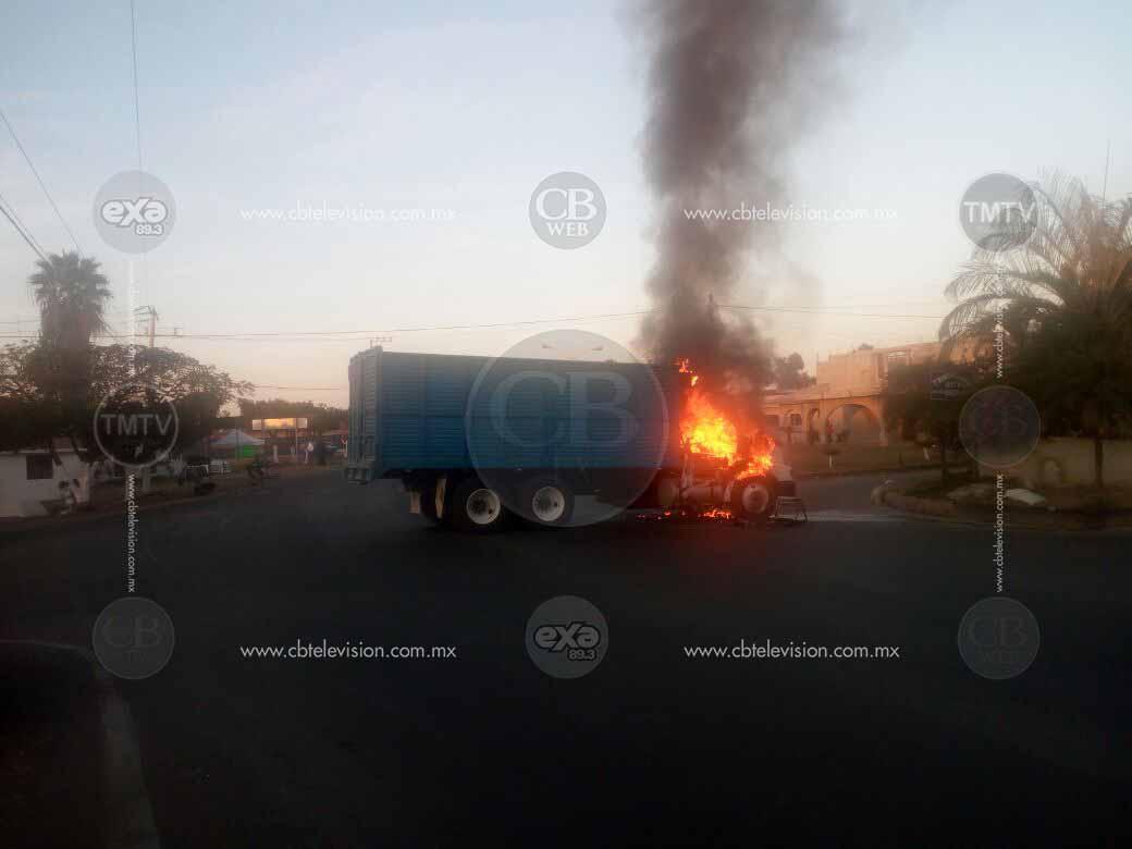 Agreden a balazos a policías en Tangancícuaro y encienden vehículo