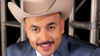 Lupillo Rivera pone a sus hijos a vender mandarinas