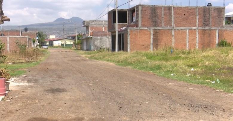 Vecinos demandan pavimentar calles de Jardines de Santiaguito
