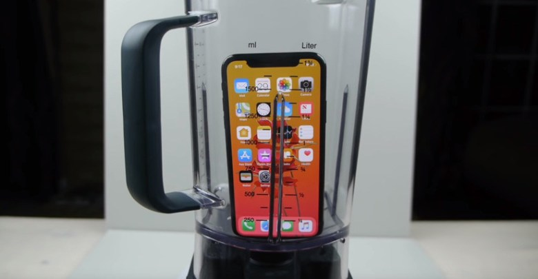 VIDEO: Pulveriza en una licuadora un iPhone X y lo bebe como para probar su sabor