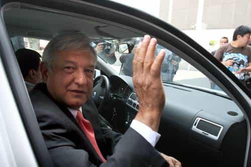 Reporteros rompen espejo a Jetta de AMLO: no hay problema, dice