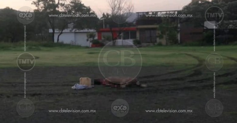 Tiran cadáver desnudo y baleado en una cancha de fútbol en Apatzingán