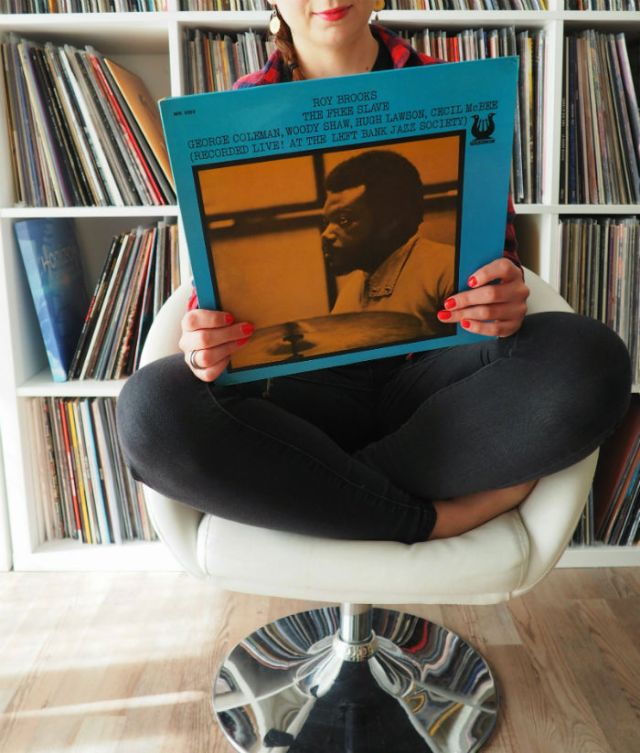 diana tient un disque de jazz