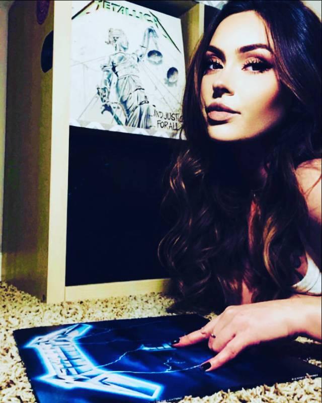 Alexandra tenant un disque de metallica