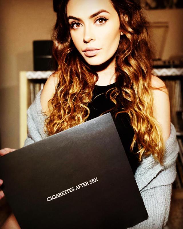 Alexandra tenant un vinyle noir