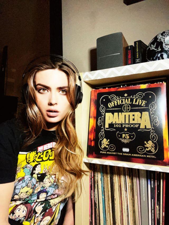Alexandra tenant un disque de pantera
