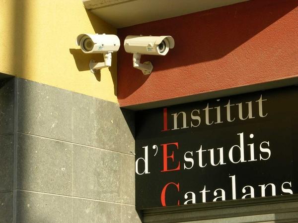 Càmeres de videovigilància a la seu del IEC del carrer d'en Robador de BCN