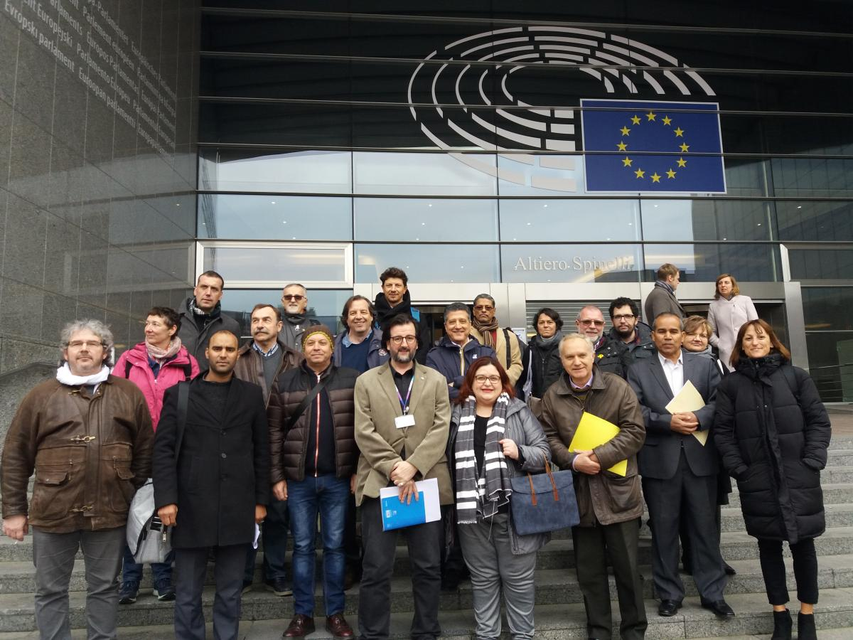 Participantes a la entrada del Parlamento Europeo