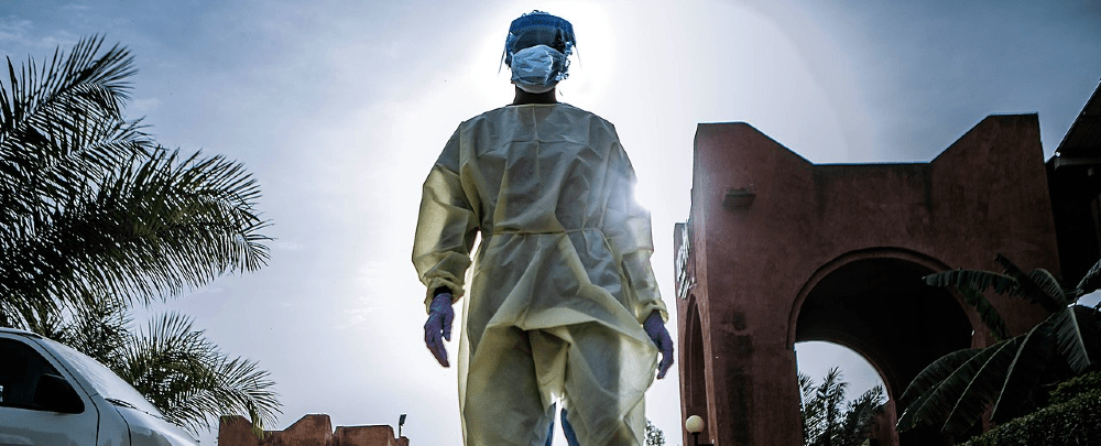 A-nurse-in-Niger-returning-from-her-shift-screening-patients-1000×405-1