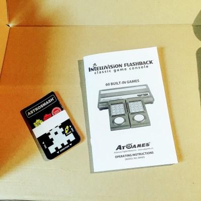 Dentro, oltre a controller e cavi, si trova un manuale (in inglese) e gli overlay.