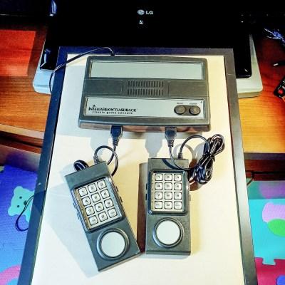 Ecco i controller del Intellivision Flashback collegati alla console.