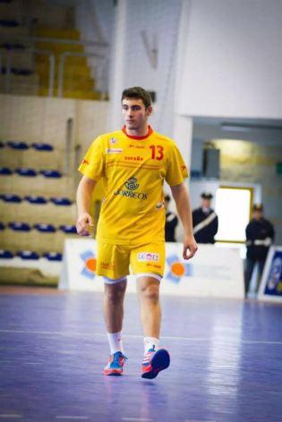Iván Monotya disputando un partido con la Selección Española