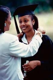 Foto: Madre felicitando a su hija en la graduación