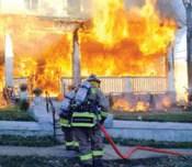 Bomberos que responden a un incendio