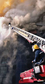 Bomberos que suben en el humo