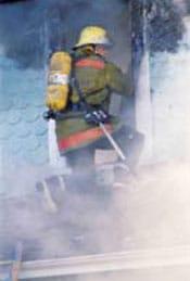 Bomberos dentro del humo