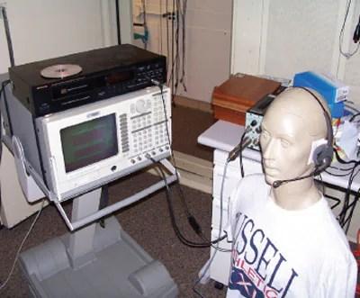 Realización de pruebas de laboratorio mediante un modelo de cabeza artificial acústica KEMAR.