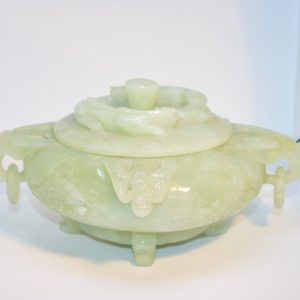 Pot couvert en jade à décors de lionne