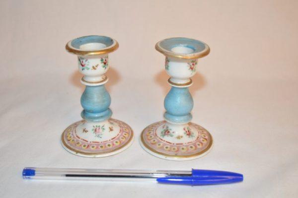 Paires de bougeoir miniature en porcelaine polychrome