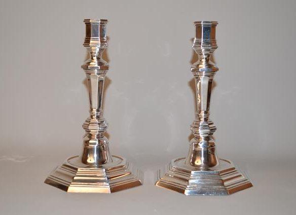 CHRISTOFLE - Paire de bougeoirs en métal argenté. Model Cluny