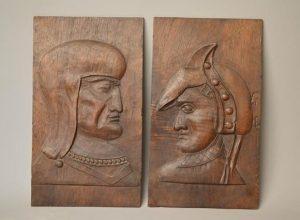 Deux panneaux en noyer sculpté en bas-relief de visage. XVIIe siècle