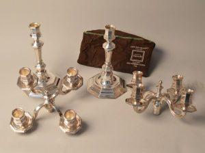 Christofle. Paire de candélabres en métal argenté, modèle America