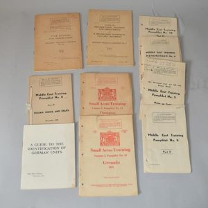 Lot de Brochures et d'instructions militaire publiée par le British War Office pendant la Seconde Guerre mondiale
