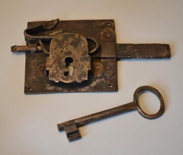 Serrure de porte encastrée avec sa clef - XVIIIe Siècle
