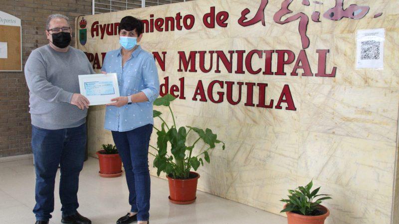 Antonia Maleno recibe los 1.000 euros del primer sorteo del CD El Ejido Futsal