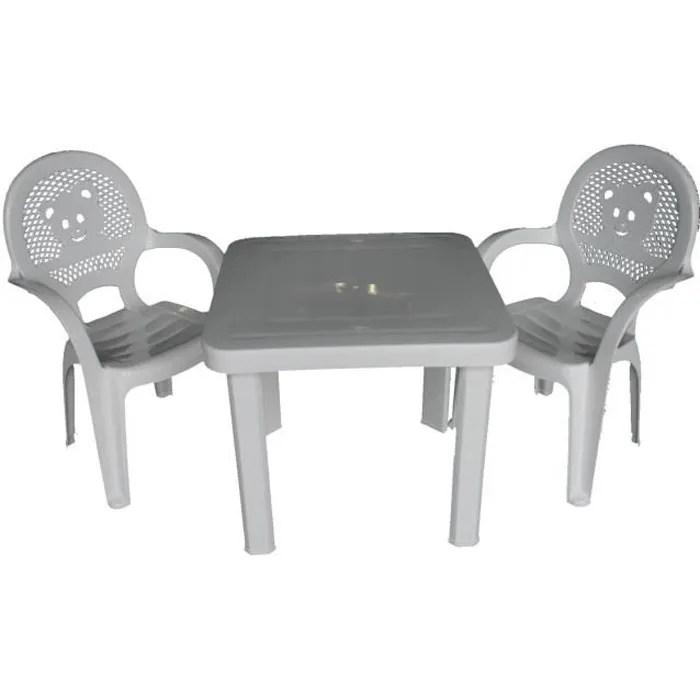 chaises et table en plastique pour