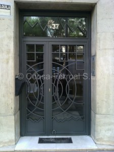 Puertas de tubo modernas para portales de edificios