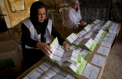 Election workers count ballots in Mazar-I-Sharif in northern Afghanistan (Photo:AP/Farzana Wahidy)