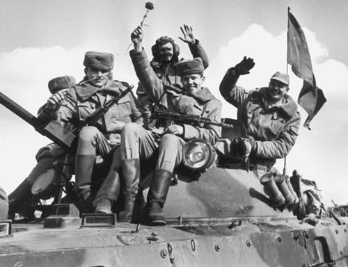 The Soviet intervention in Afghanistan comes to an end, 25 years before the scheduled end of the NATO intervention.