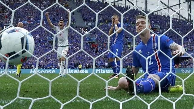 Sigurdsson até abriu o placar para a Islândia de pênalti, mas um gol contra de Saevarsson decretou o empate no Velódrome - Foto: GE