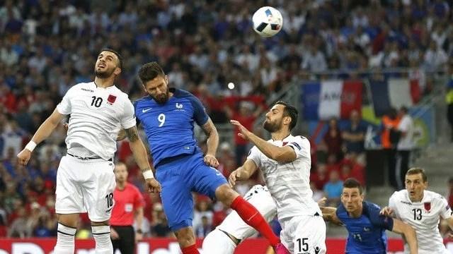 A França, com gols de Griezmann e Payet, espantou a zebra no Velodróme. - Foto: GE