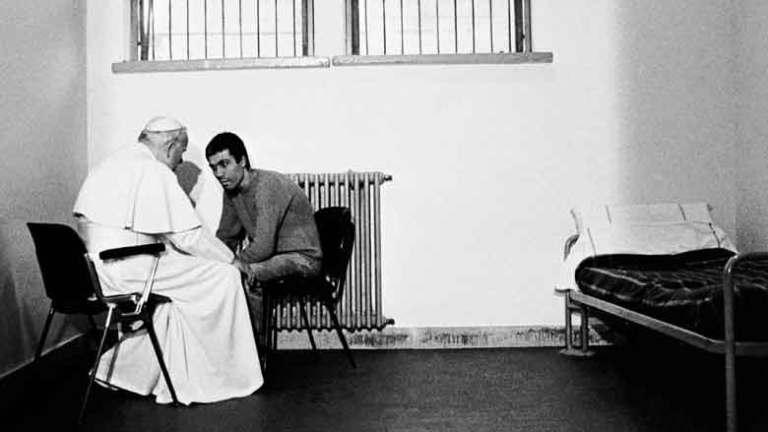 Juan Pablo II y Ali Agca charlando