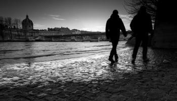 Quais de Seine. Silhouettes marchent sur les pavés