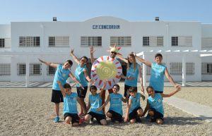 El equipo del CEIP Concordia, el profesorado acompañante y la mascota del colegio, Concordete.