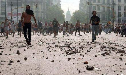 Rebelión policial y saqueos en el diciembre argentino