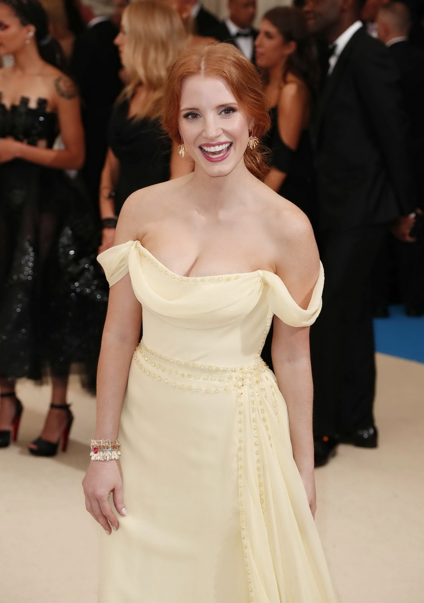 Jessica Chastain showing huge cleavage in a strapless yellow dress at 2017 MET Gala in NYC