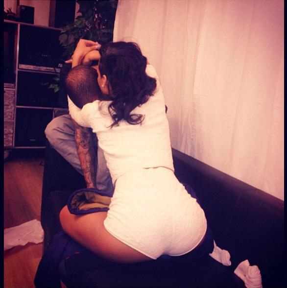 Rihanna klemmer Chris Brown i sexy hvit shorts