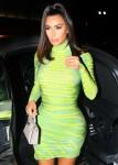 Kim Kardashian cammina verso Craigs indossando un vestito verde