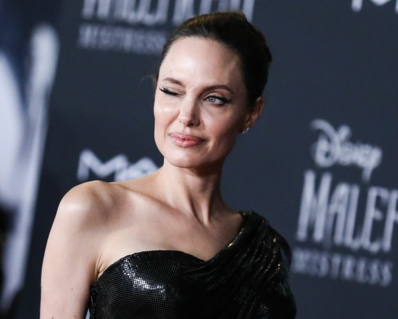 L'attrice Angelina Jolie indossa Atelier Versace con gioielli Cartier arriva alla premiere mondiale di Disney 'Maleficent: Mistress Of Evil' 'tenutasi presso il El Capitan Theatre il 30 settembre 2019 a Hollywood, Los Angeles, California, Stati Uniti.