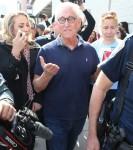 Roger Stone è circondato dai media mentre fa la sua comparsa in tribunale dopo essere stato arrestato questa mattina a Fort Lauderdale