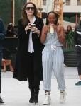 Angelina Jolie trascorre una giornata a fare shopping al centro commerciale con i suoi figli e un'assistente