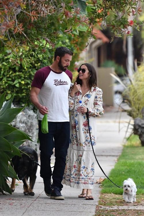 Ben Affleck e Ana De Armas si godono una bella passeggiata pomeridiana con i loro cani